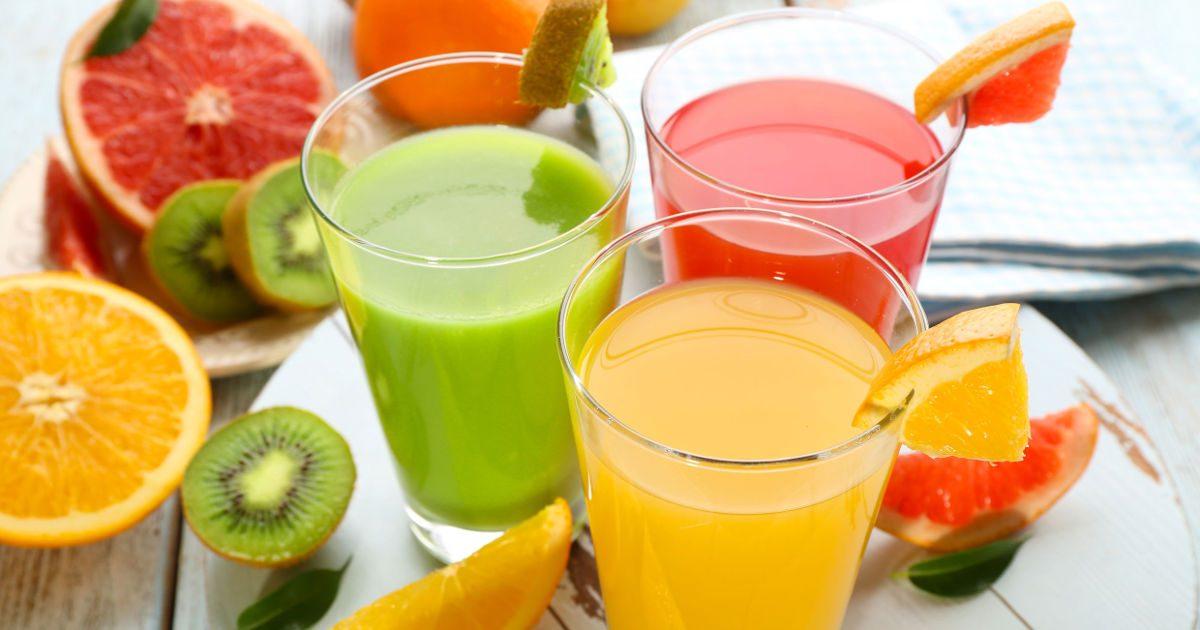 Károsak a fogakra az egészségesnek kikiáltott turmixok és gyümölcslevek