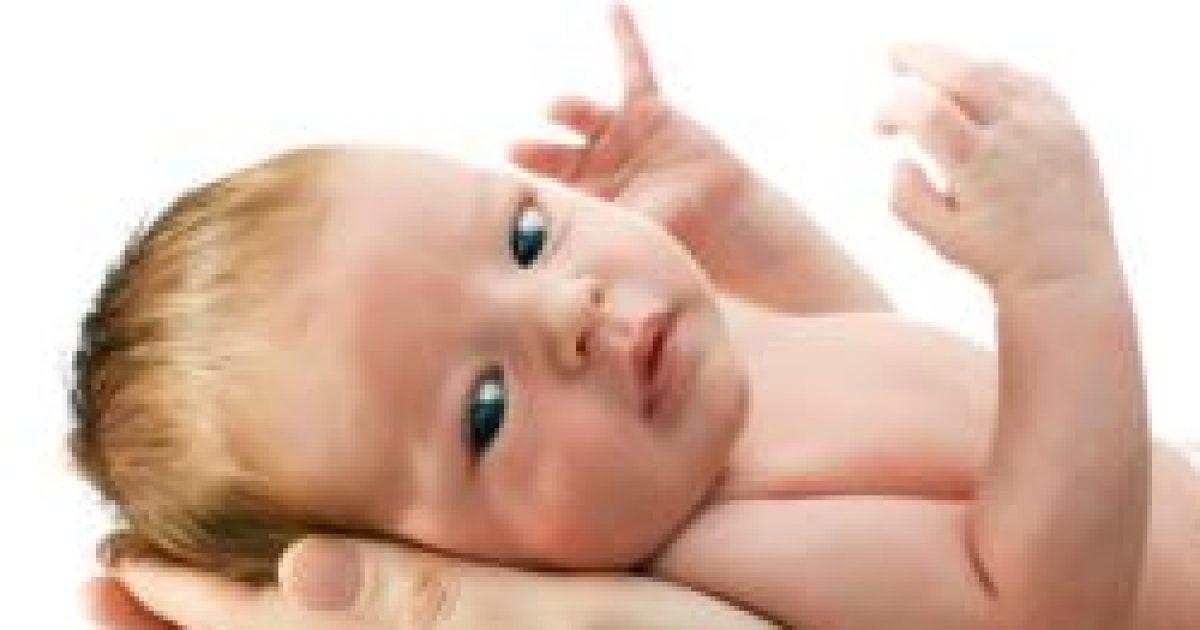 A pulzusszámcsökkenés miatt nyugszanak meg a kézbe vett csecsemők