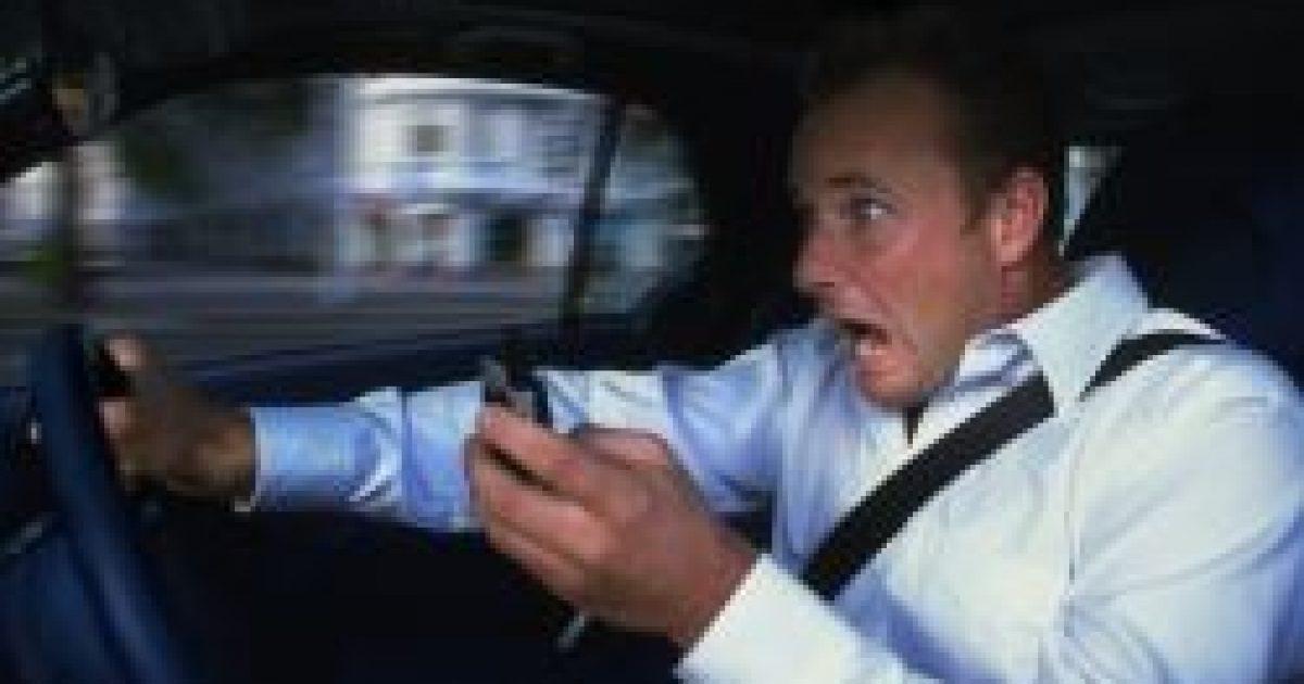 Mindenképpen növeli a hibalehetőséget vezetés közben a telefonálás