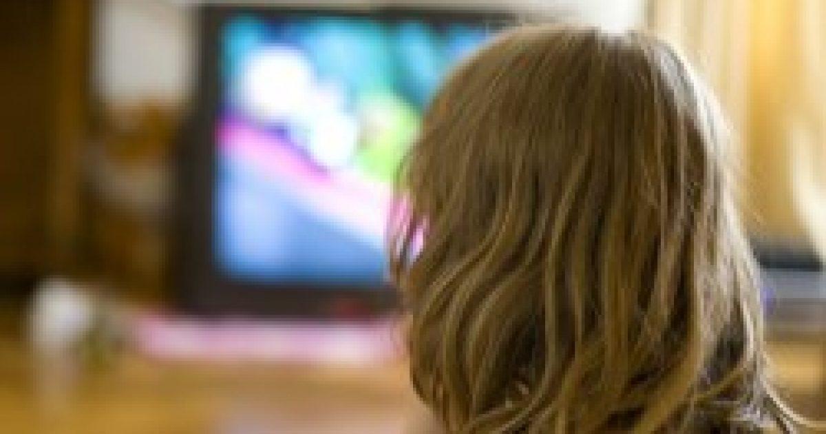 A háttérben bekapcsolt tévé hátráltatja a kisgyermekek nyelvi fejlődését